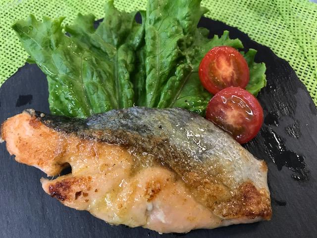 鮭のカレームニエル バターソース