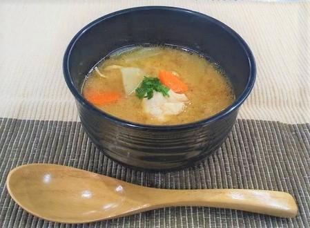 鶏肉と根菜の味噌にんにくスープ
